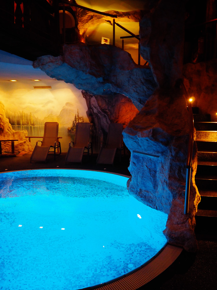 Indoor pool grotte  Detox mit Spa(ss) & Luxus im Adler Balance